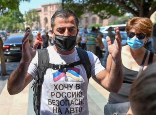 «Пустите вРоссию»: протестующие вЕреване пробиваются впарламент