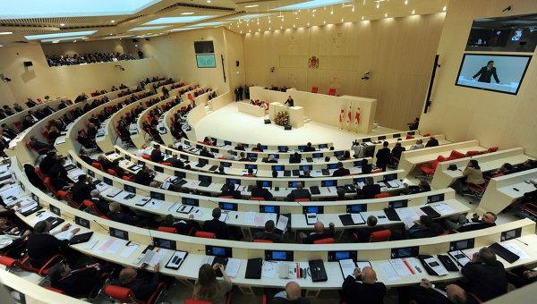 После 5-часового обсуждения парламент Грузии принял новую конституцию вопреки вето президента