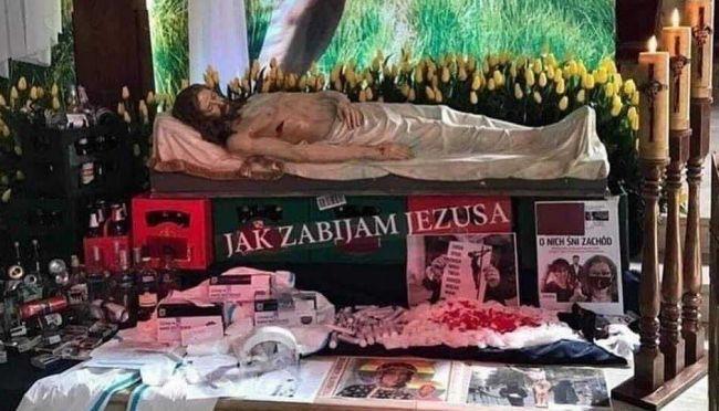 2f2dcc331034364ac48038eb73d35 Католический креатив изПольши: мёртвый Иисус спивом игеями