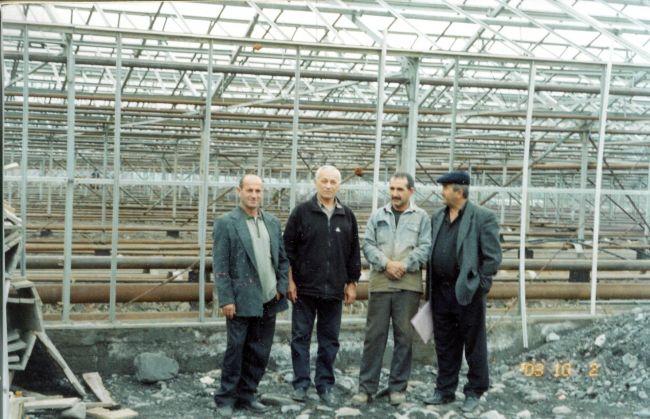 Строительство теплицы. Второй слева — Тажидин Ахмедов
